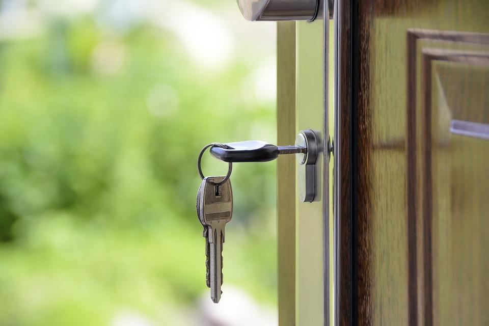 klucz w drzwiach od nowego mieszkania